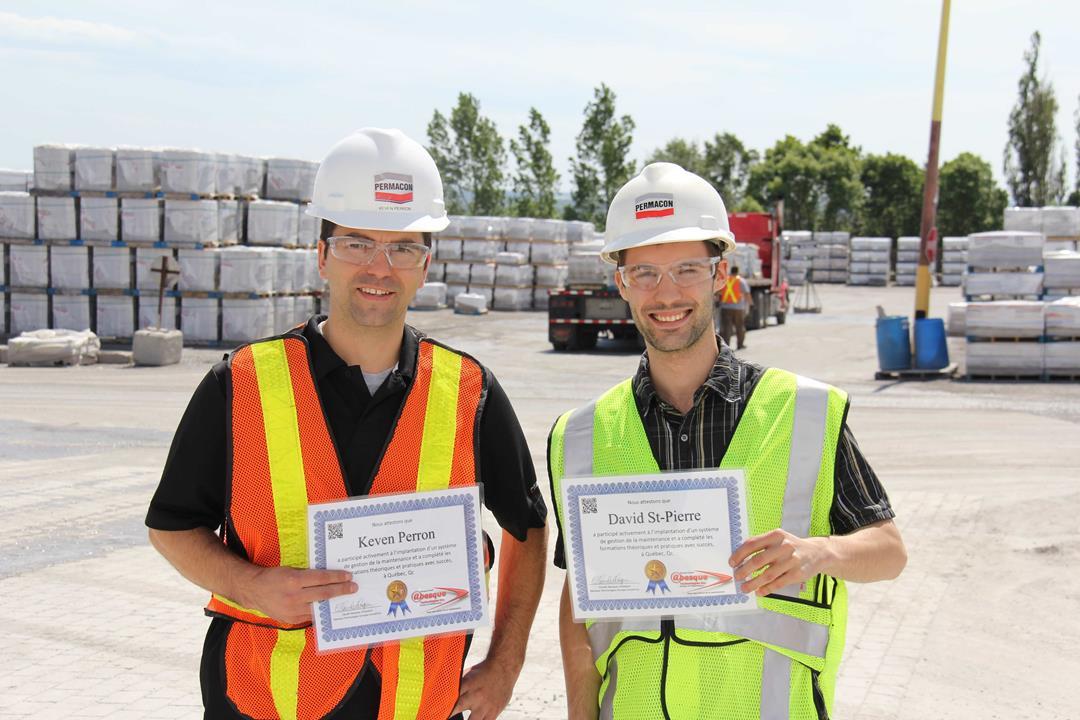 De gauche à droite : Keven Perron superviseur mécanique, David St-Pierre stagiaire universitaire, chez Permacon à Québec, 2013
